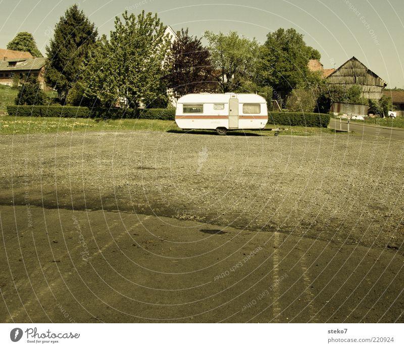 Autohändler ohne Ware Straße Wohnmobil Einsamkeit leer Platz Kies Dorf Camping Abstellplatz Baum Reifenspuren Asphalt Gedeckte Farben Menschenleer