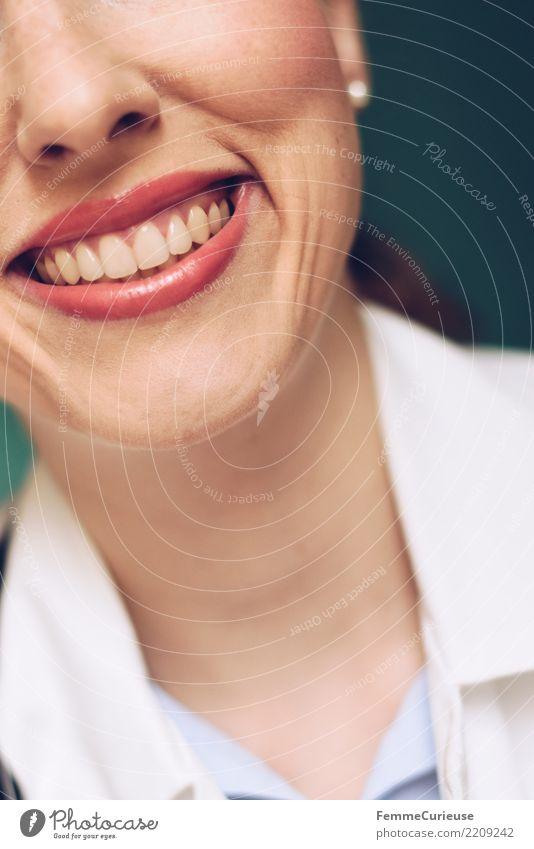 Doctor 36 Arbeit & Erwerbstätigkeit Beruf Arzt feminin Frau Erwachsene 1 Mensch 30-45 Jahre kompetent Zähne Nahaufnahme Lächeln gepflegt Lippenstift Kittel weiß