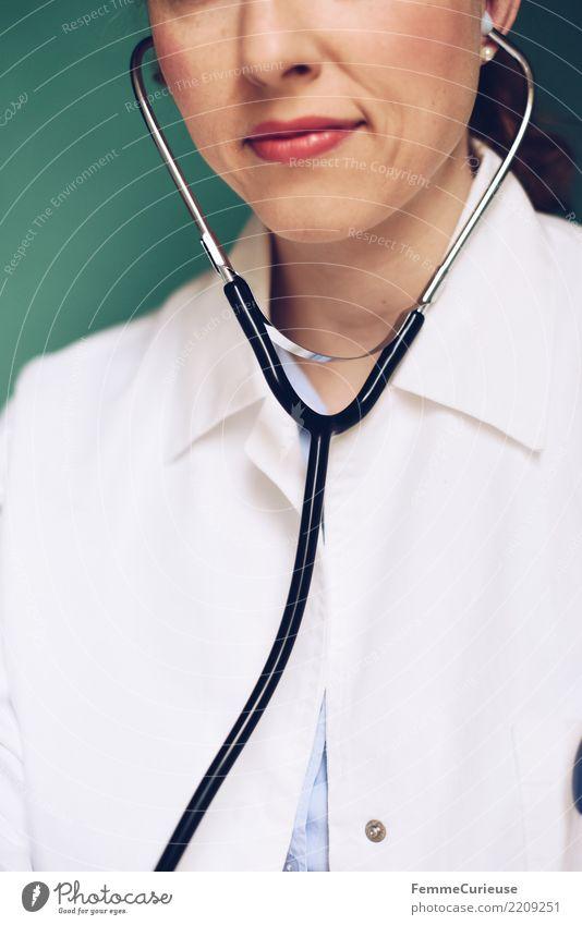 Doctor 07 Frau Mensch Jugendliche Junge Frau 18-30 Jahre Erwachsene feminin Arbeit & Erwerbstätigkeit Beruf Vertrauen hören Medikament türkis Arzt Krankenhaus