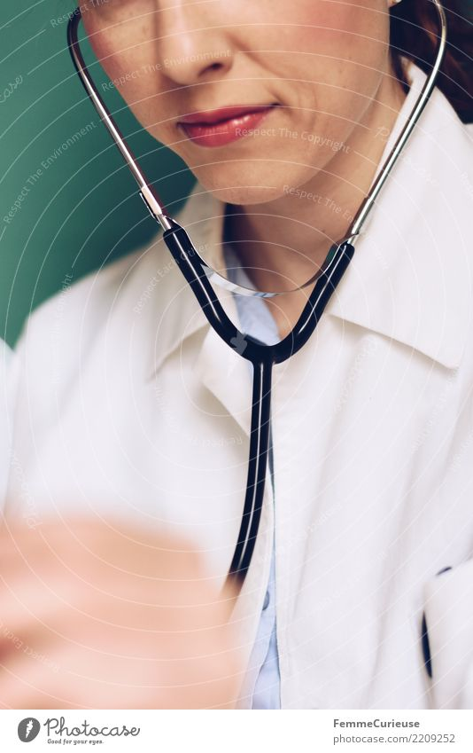 Doctor 10 Arbeit & Erwerbstätigkeit Beruf Arzt feminin Junge Frau Jugendliche Erwachsene Mensch 18-30 Jahre 30-45 Jahre kompetent Konzentration hören Stethoskop