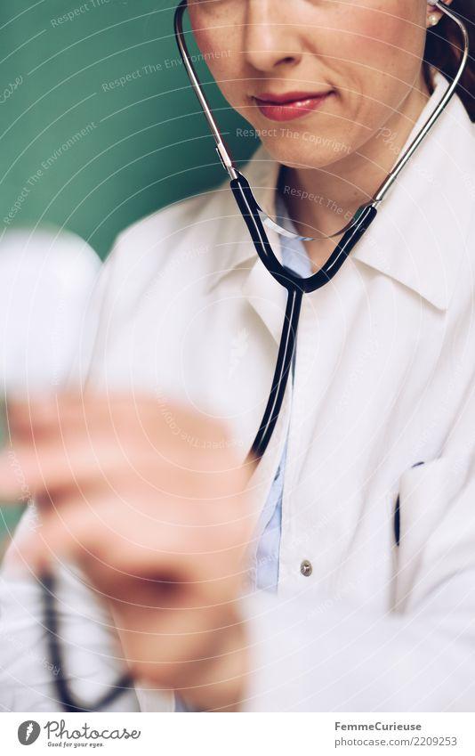 Doctor 34 Arbeit & Erwerbstätigkeit Beruf Arzt feminin Frau Erwachsene 1 Mensch 30-45 Jahre kompetent Medikament hören Stethoskop Kittel Arbeitsbekleidung