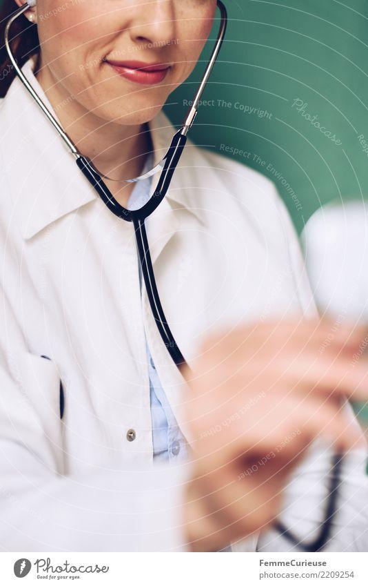 Doctor 31 Arbeit & Erwerbstätigkeit Beruf Arzt feminin Frau Erwachsene 30-45 Jahre kompetent Stethoskop Kittel Arbeitsbekleidung Schutzbekleidung hören türkis