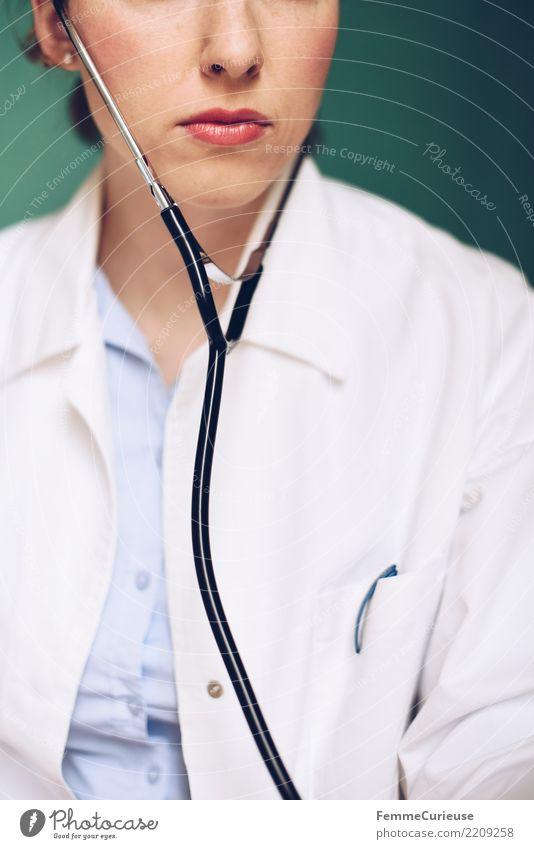 Doctor 41 Arbeit & Erwerbstätigkeit Beruf Arzt feminin Frau Erwachsene Mensch 30-45 Jahre kompetent Kittel Arbeitsbekleidung Schutzbekleidung Stethoskop hören