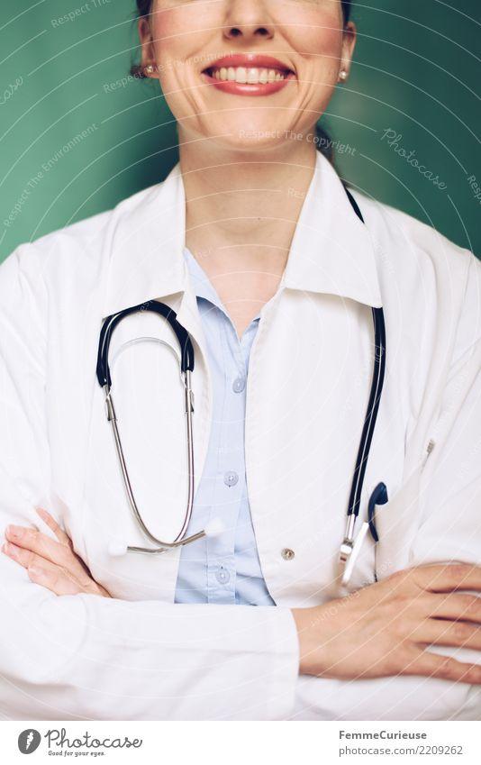 Doctor 38 Arbeit & Erwerbstätigkeit Beruf Arzt kompetent Medikament Stethoskop Kittel verschränkt Arme Erfolg selbstbewußt türkis Krankenhaus Praxis Lächeln
