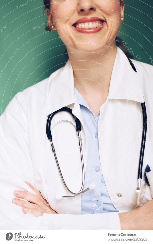 Doctor 30 Frau Mensch Erwachsene feminin lachen Arbeit & Erwerbstätigkeit Erfolg Lächeln Freundlichkeit Beruf Zähne Vertrauen Medikament türkis Arzt Krankenhaus