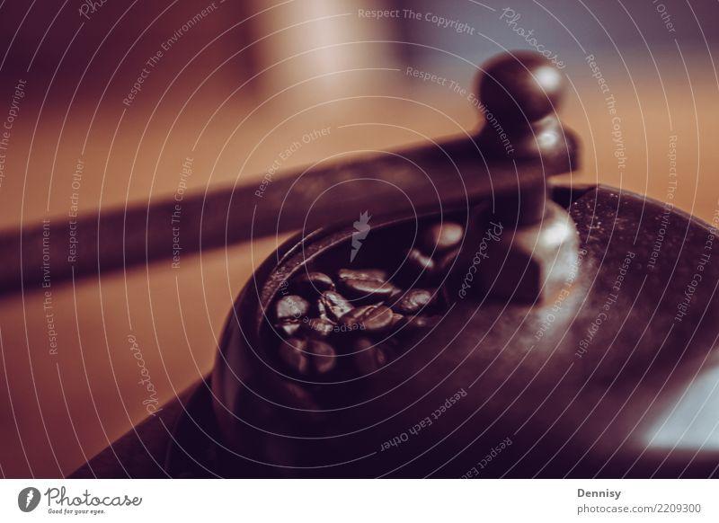 Kaffeemühle Frühstück Kaffeetrinken Getränk Heißgetränk Latte Macchiato Espresso Lifestyle genießen ruhig Erholung Bohnen Kaffeebohnen Farbfoto Innenaufnahme