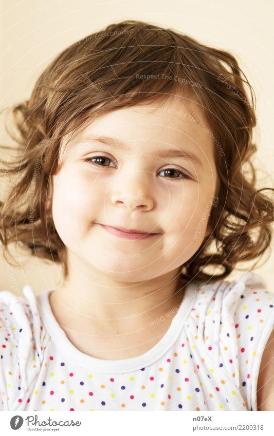Arya Mensch feminin Mädchen Schwester 1 3-8 Jahre Kind Kindheit brünett langhaarig Locken Lächeln Blick leuchten Gesundheit Glück schön natürlich braun
