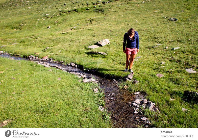 Wasserfrau Mensch Natur Jugendliche Ferien & Urlaub & Reisen Sommer Freude Einsamkeit ruhig Erwachsene Erholung kalt Landschaft Berge u. Gebirge Freiheit Gras