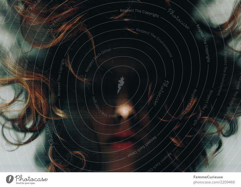 Dark 01 Mensch Jugendliche dunkel 18-30 Jahre Gesicht Erwachsene Traurigkeit feminin gruselig Irritation Verzweiflung Locken Seele mystisch verdeckt unheimlich