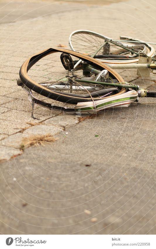 öfter mal ein Rad schlagen Straße Fahrrad kaputt Hemmungslosigkeit Aggression Gewalt Zerstörung Vandalismus liegen Versicherung Unfall Unfallgefahr