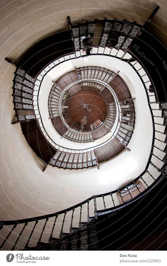 Aufstiegskampf weiß Holz braun Metall Architektur Treppe Ziel Turm Mitte Burg oder Schloss historisch drehen Froschperspektive Treppengeländer