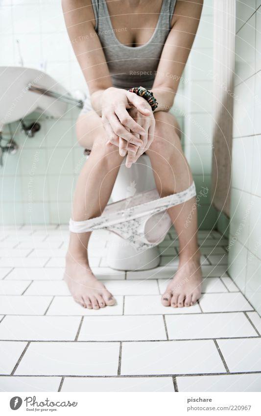 sit-in Hand feminin Fuß sitzen Häusliches Leben außergewöhnlich Toilette Fliesen u. Kacheln urinieren Aktion Frauenunterhose kopflos High Key Weitwinkel
