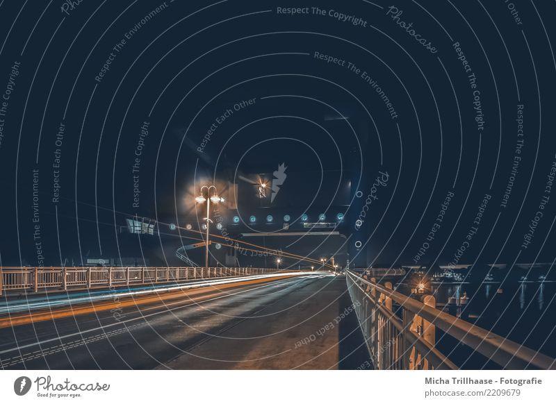 Nachts auf der Brücke Ferien & Urlaub & Reisen blau Stadt rot dunkel schwarz Straße Architektur kalt orange Verkehr leuchten PKW Nebel Geschwindigkeit