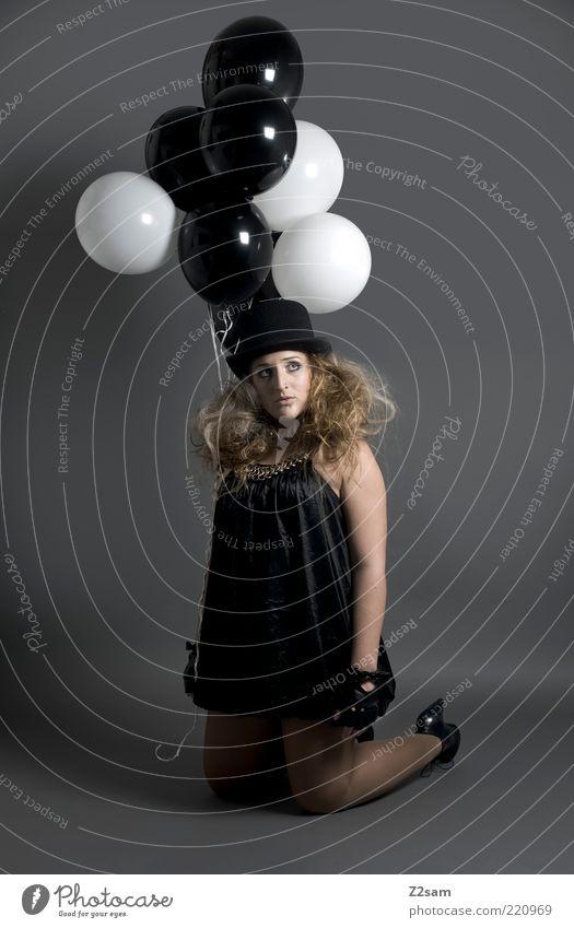 Modezirkus Stil feminin Junge Frau Jugendliche 18-30 Jahre Erwachsene Zirkus Bekleidung Kleid Handschuhe Hut blond knien träumen Traurigkeit ästhetisch dunkel