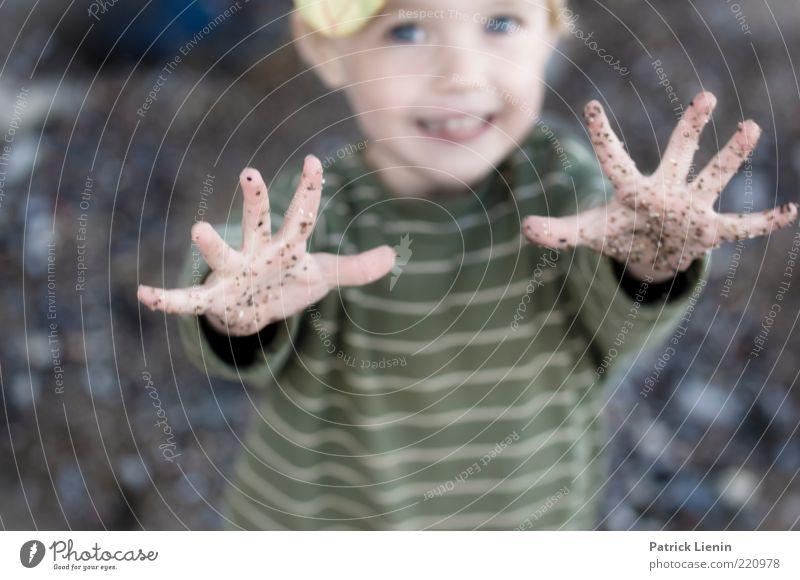high five Mensch Kind Hand Freude Strand Spielen lachen Glück Stimmung dreckig Zufriedenheit Kindheit stehen Fröhlichkeit berühren Lebensfreude