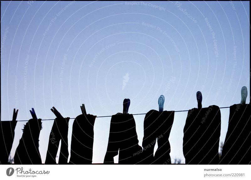 Paar für Paar Seil Bekleidung Ordnung authentisch Sauberkeit Reihe trocken Strümpfe hängen Wäsche waschen Wäscheleine Klammer Morgen Wäscheklammern aufgereiht Ordnungsliebe