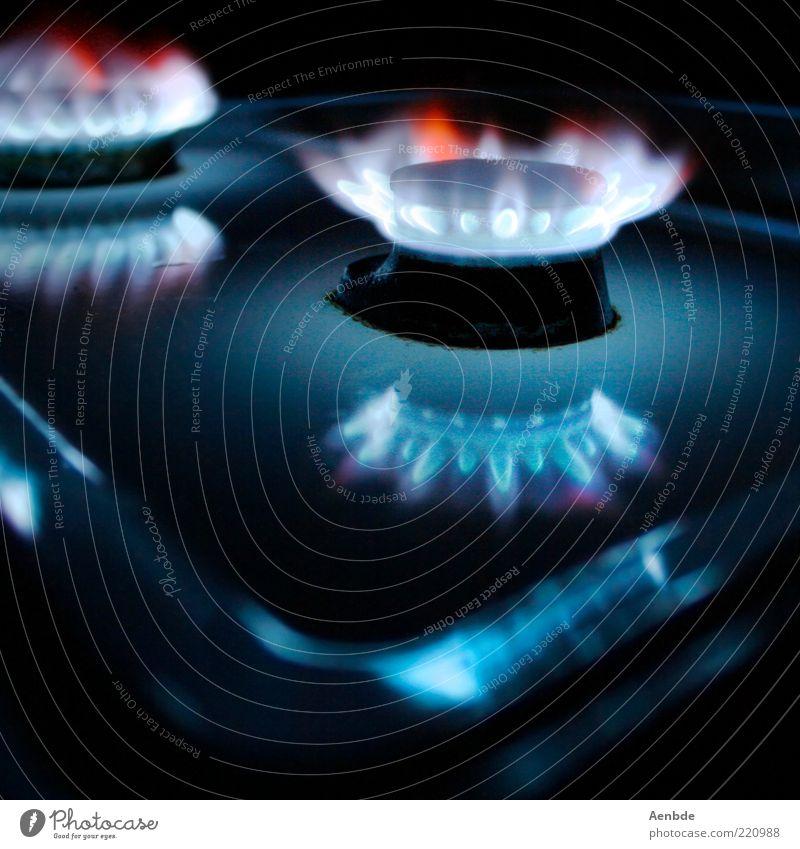 ...ring of fire... Herd & Backofen Stahl außergewöhnlich dunkel Wärme blau rot ästhetisch Gasbrenner Flackern glühen Composing Gasherd mehrfarbig Innenaufnahme