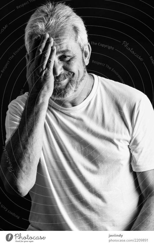 Reifer Mann, der Kamera und das Lächeln betrachtend lächelt Mensch alt weiß Freude schwarz Gesicht Erwachsene Senior Gefühle Glück grau 45-60 Jahre 60 und älter