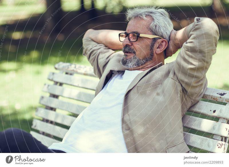 Nachdenklicher reifer Mann, der auf einer Bank in einem städtischen Park sitzt Lifestyle Glück Ruhestand Mensch maskulin Erwachsene Männlicher Senior 1