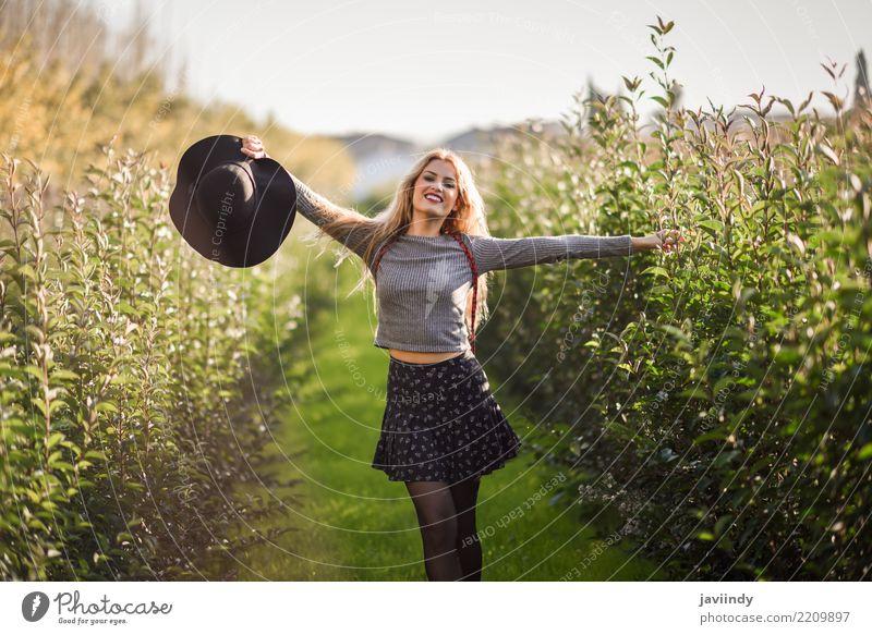 Junge Frau glücklich mit den offenen Armen in der Landstraße Mensch Natur Jugendliche schön weiß Freude 18-30 Jahre Erwachsene Herbst Gefühle natürlich feminin