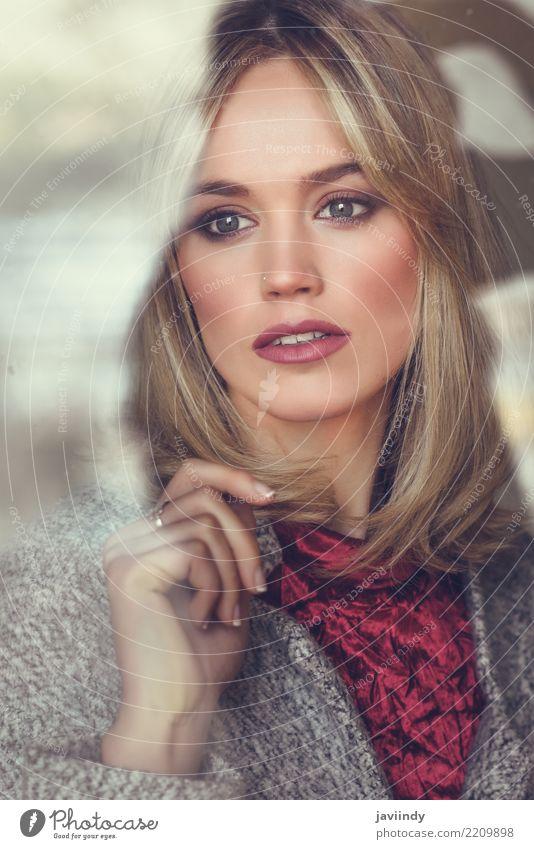 Durchdachte junge blonde Frau mit verlorenen Augen vom Fenster schön Haare & Frisuren Gesicht Schminke Mensch Erwachsene Mode Denken Traurigkeit hell modern
