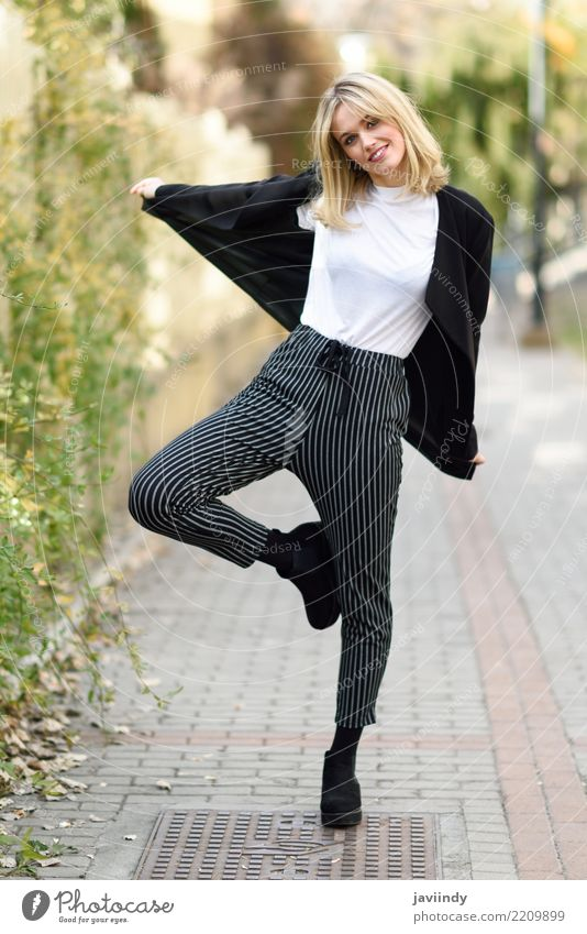 Glückliche Frau, die im städtischen Hintergrund lächelt. Mensch Jugendliche Junge Frau schön weiß 18-30 Jahre Gesicht Erwachsene Straße feminin Haare & Frisuren