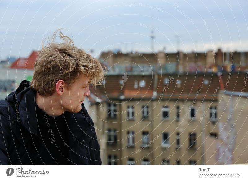 Home Mensch Jugendliche Mann Stadt Junger Mann Haus 18-30 Jahre Erwachsene Wand Berlin Mauer Haare & Frisuren Kopf Fassade Stimmung maskulin