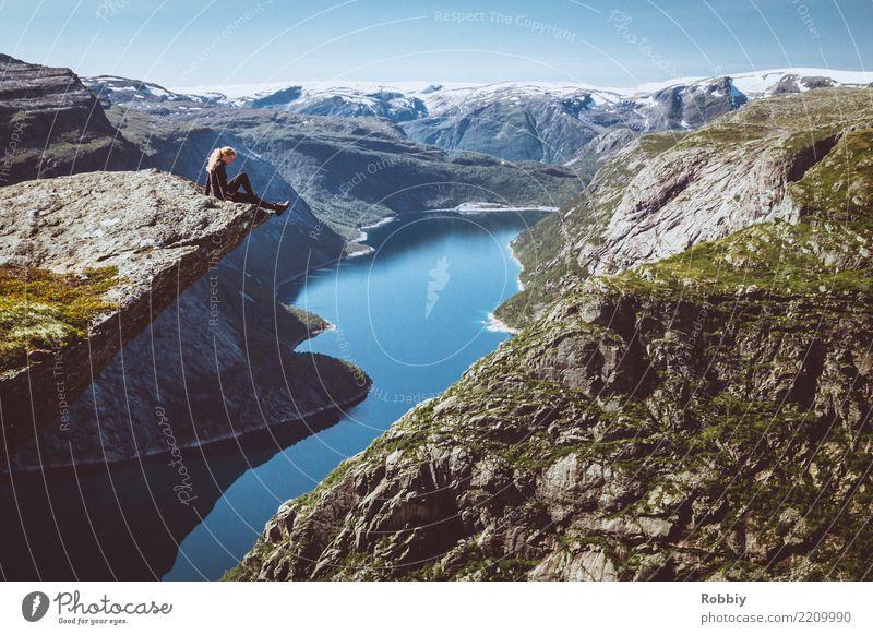 Wer nicht auf Berge steigt, kann nicht in die Ferne blicken 1 Mensch Landschaft Felsen Berge u. Gebirge Gipfel Küste Fjord Tapferkeit Tatkraft Fernweh Abenteuer