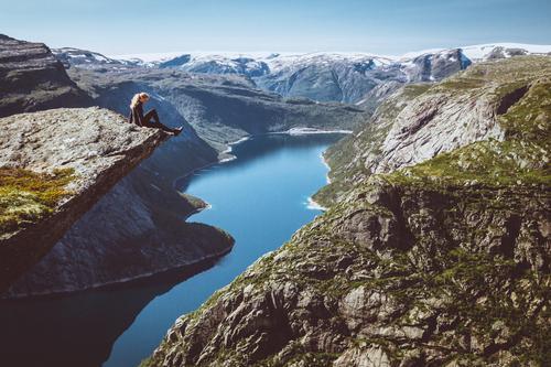 Wer nicht auf Berge steigt, kann nicht in die Ferne blicken Mensch Natur Landschaft Erholung Berge u. Gebirge Wege & Pfade Küste Tourismus Felsen Horizont