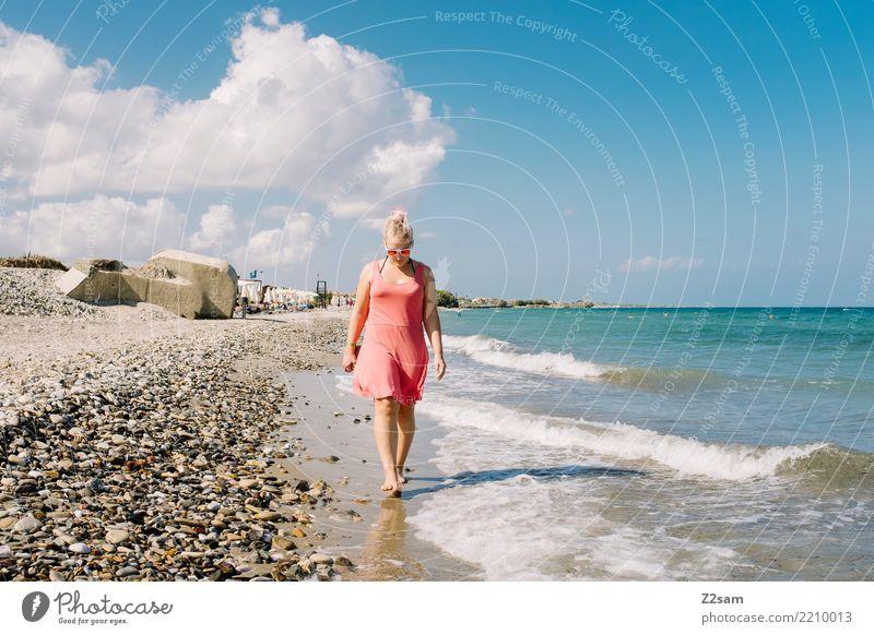 Strandspaziergang Natur Ferien & Urlaub & Reisen Jugendliche Junge Frau Sommer Landschaft Sonne Meer Erholung Einsamkeit 18-30 Jahre Erwachsene Wärme Küste