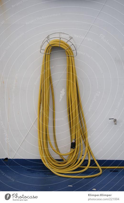 geschlaucht? Hafen Mauer Wand Bootsfahrt Fähre Reinigen blau gelb weiß Farbe Kunst Schlauch Farbfoto Menschenleer Textfreiraum links Textfreiraum rechts