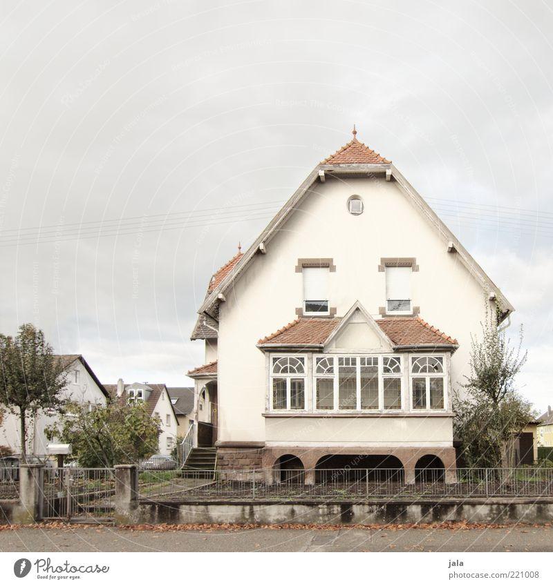 jugendstil Himmel alt weiß Baum Haus Fenster Architektur Wege & Pfade Gebäude ästhetisch Bauwerk früher Einfamilienhaus Traumhaus Jugendstil