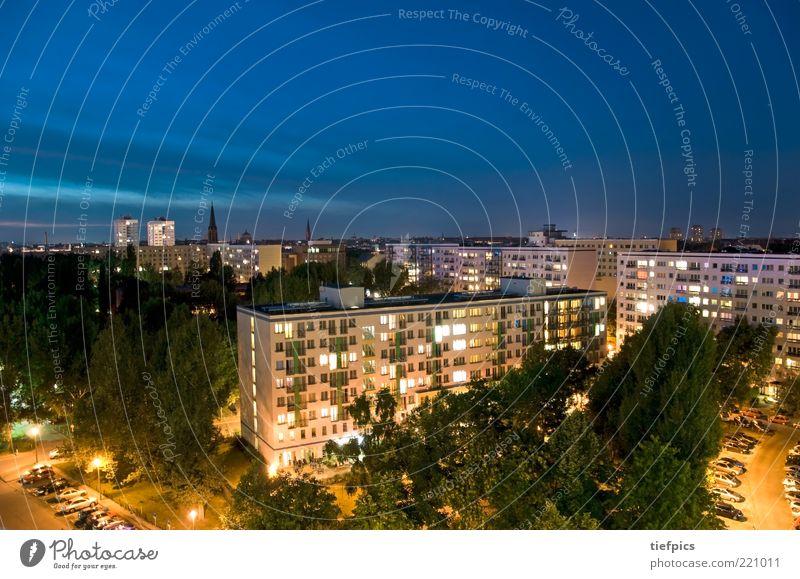 ostberlin. Hauptstadt Skyline Hochhaus Gebäude Architektur Dach Verkehrswege Straße dunkel kalt blau gelb Plattenbau Berlin DDR Himmel Nachthimmel Ghetto