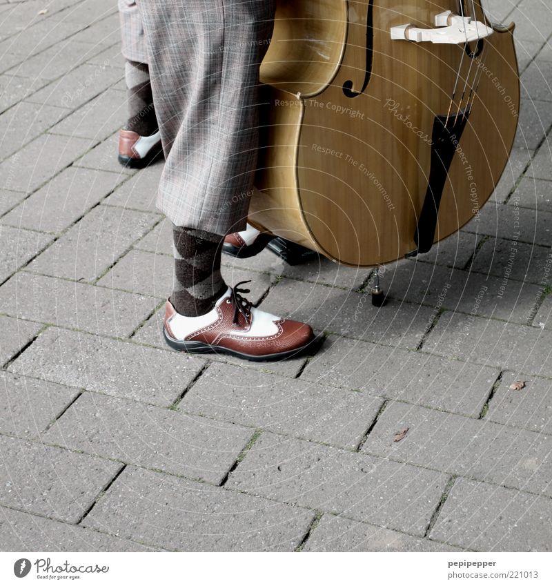 dre chenesen mit `nem kentrebeß Spielen Sommer Musik maskulin Beine Fuß 2 Mensch Künstler Veranstaltung Konzert Musiker Musiknoten Strümpfe Schuhe Musik hören