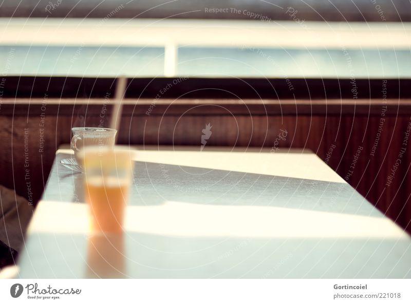 Tour de Bosphore Getränk Erfrischungsgetränk Heißgetränk Saft Tasse Becher Trinkhalm Bootsfahrt retro Bosporus Istanbul Türkei Sahlep Holzvertäfelung Tisch
