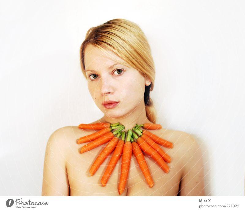 Möhre II Mensch Jugendliche schön weiß Ernährung feminin nackt Gesundheit blond Erwachsene Lebensmittel frisch Gemüse Schmuck lecker Bioprodukte