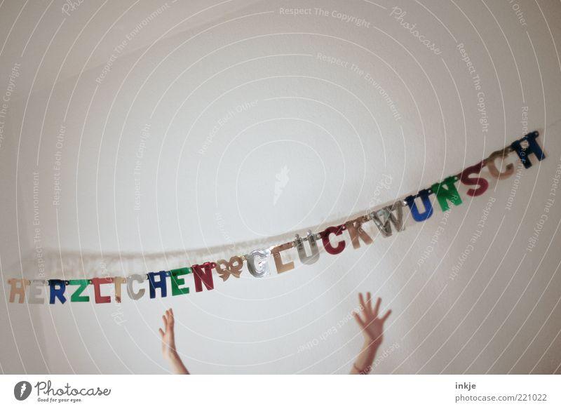 zum Geburtstag viel Glück !! Feste & Feiern Hand Dekoration & Verzierung Kitsch Krimskrams Girlande Schriftzeichen Schleife hängen Fröhlichkeit lustig positiv