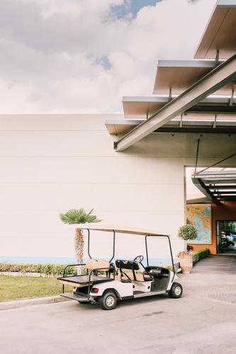 Spießer-Ferrari Sommer grün Haus Wärme Gebäude Design modern ästhetisch Ordnung stehen Schönes Wetter warten einfach Sauberkeit Güterverkehr & Logistik Bauwerk