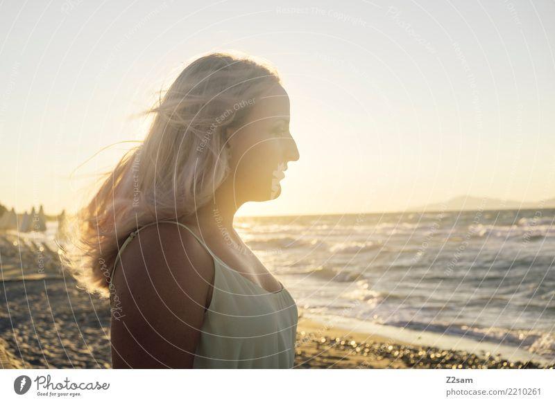 in the sun Ferien & Urlaub & Reisen Jugendliche Junge Frau Sommer schön Landschaft Meer Erholung ruhig Strand 18-30 Jahre Reisefotografie Erwachsene Wärme