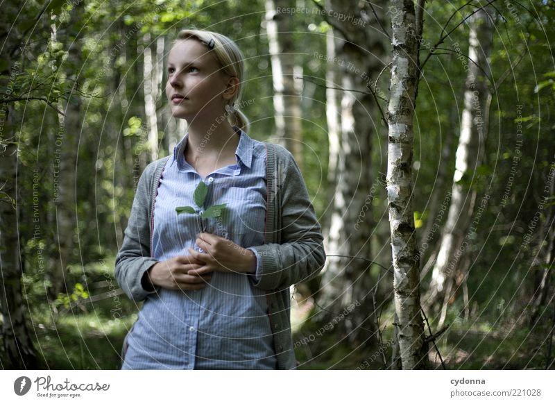 Thinking of you Mensch Natur Jugendliche schön Sommer ruhig Blatt Wald Leben Gefühle Stil träumen Zufriedenheit Gesundheit blond Erwachsene