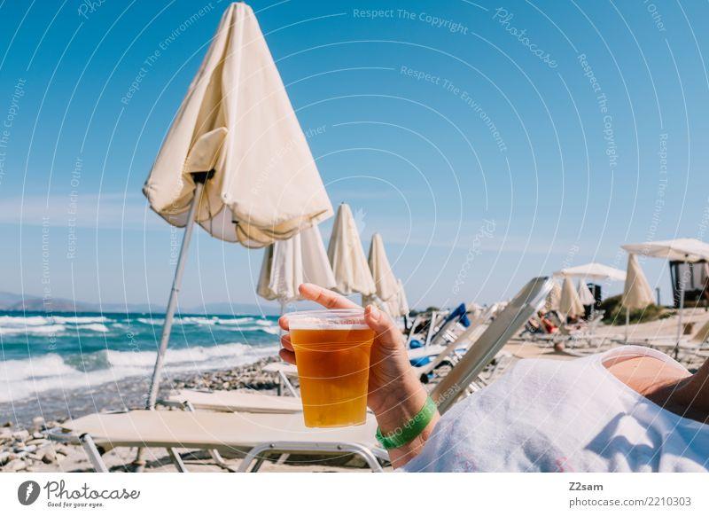 prost trinken Bier Lifestyle Ferien & Urlaub & Reisen Sommerurlaub Strand Meer Junge Frau Jugendliche Hand 18-30 Jahre Erwachsene Natur Landschaft Himmel Sonne