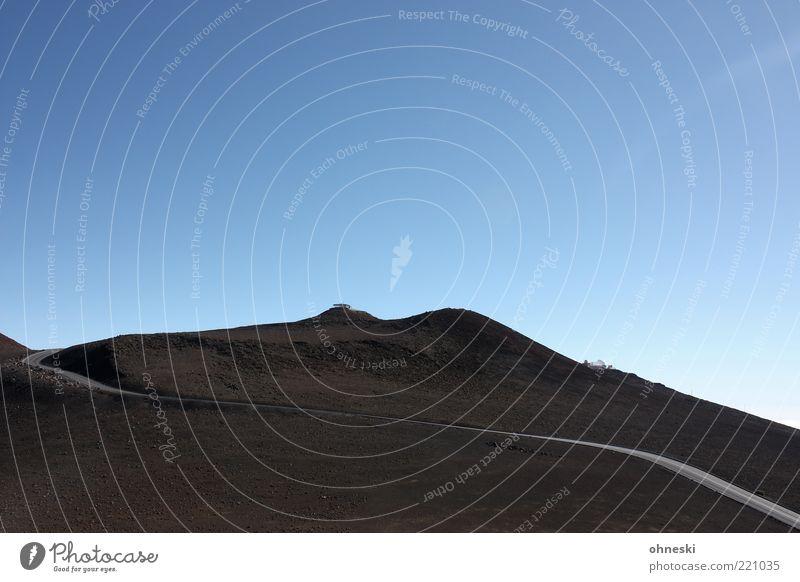 Gipfelstraße Einsamkeit Ferne Straße Berge u. Gebirge Wege & Pfade Reisefotografie Sehnsucht Hügel trocken Verkehrswege Vulkan Wolkenloser Himmel Haleakala