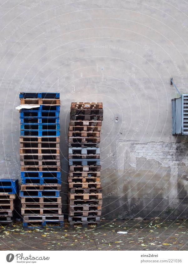 Stapelweise Paletten Wasser alt blau Arbeit & Erwerbstätigkeit Wand Holz grau Stein Mauer Metall nass Fassade Industrie Ordnung trist Güterverkehr & Logistik