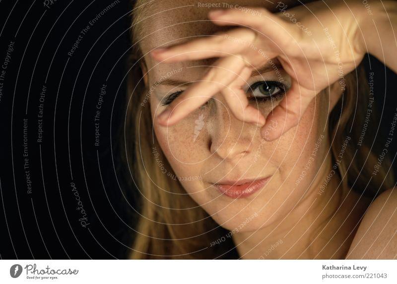 Durchblick Frau Mensch Hand Jugendliche schön Gesicht feminin Haut blond Erwachsene Finger Kommunizieren beobachten entdecken Schminke Kosmetik