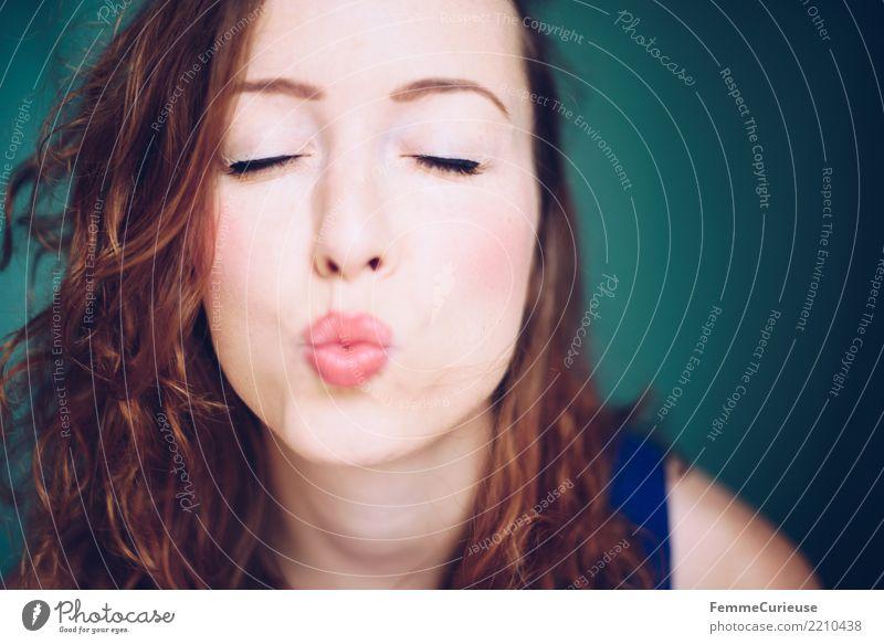 Curly hair 01 Frau Mensch Jugendliche Junge Frau schön Freude 18-30 Jahre Erwachsene Lifestyle Liebe natürlich feminin Glück türkis Verliebtheit Küssen
