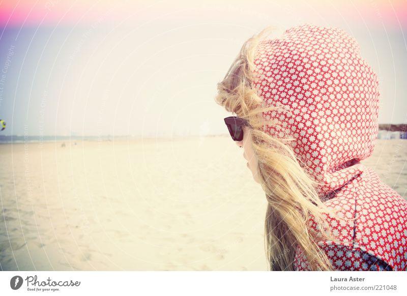 meersehen Mensch Jugendliche Meer Strand Erholung feminin Stimmung blond Erwachsene Wind Sehnsucht genießen Sonnenbrille Brille Gefühle Fernweh