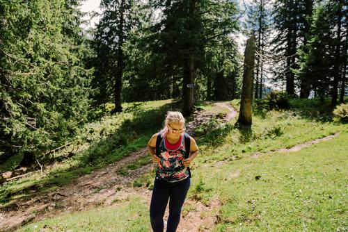 Jetzt gehts los Freizeit & Hobby Ferien & Urlaub & Reisen Sommerurlaub wandern Junge Frau Jugendliche 18-30 Jahre Erwachsene Natur Landschaft Schönes Wetter