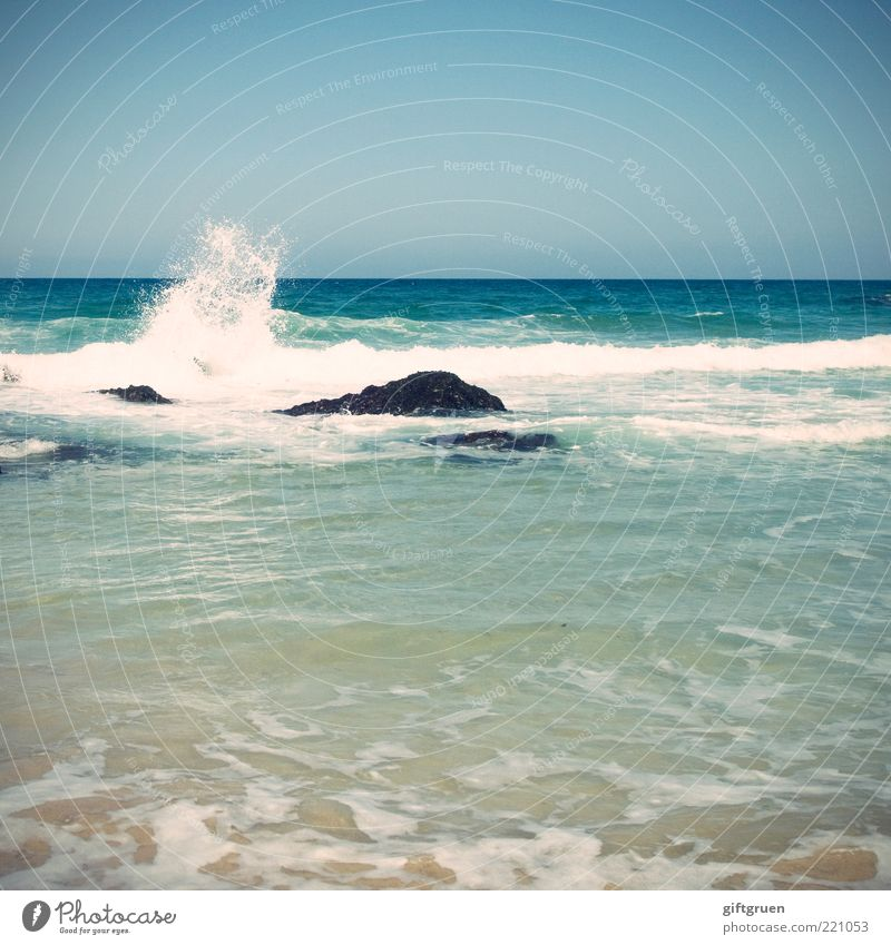 splish splash Umwelt Natur Urelemente Wasser Himmel Wolkenloser Himmel Horizont Schönes Wetter Wellen Meer blau rein Naturphänomene Stein Felsen Gischt brechen