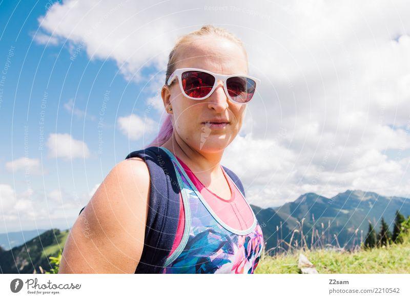 Junge Wanderin in den Bergen Lifestyle wandern feminin Junge Frau Jugendliche 18-30 Jahre Erwachsene Natur Landschaft Himmel Sommer Schönes Wetter Alpen