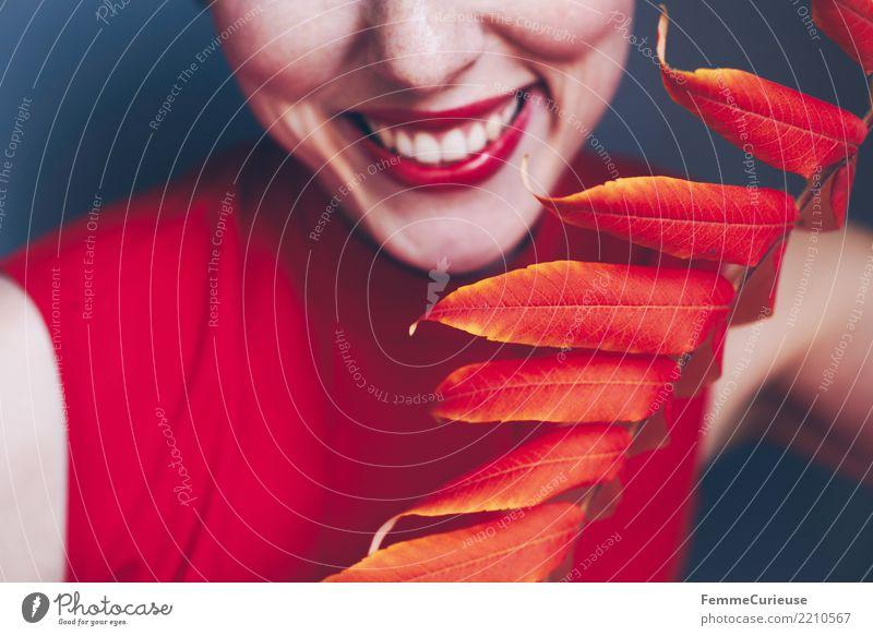 Autumn 03 feminin Junge Frau Jugendliche Erwachsene 1 Mensch 18-30 Jahre 30-45 Jahre schön Lächeln Zähne weiß Farbe Blatt Herbst herbstlich rot lachen